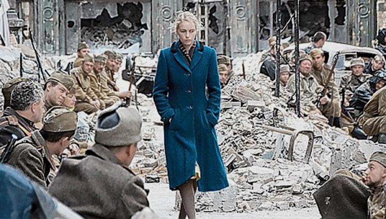 """Jelenet az """"Egy nő Berlinben"""" c. filmből, amely a Vörös Hadsereg által elkövetett borzalmakat mutatja be. A film Marta Hillers német újságíró naplója alapján készült."""