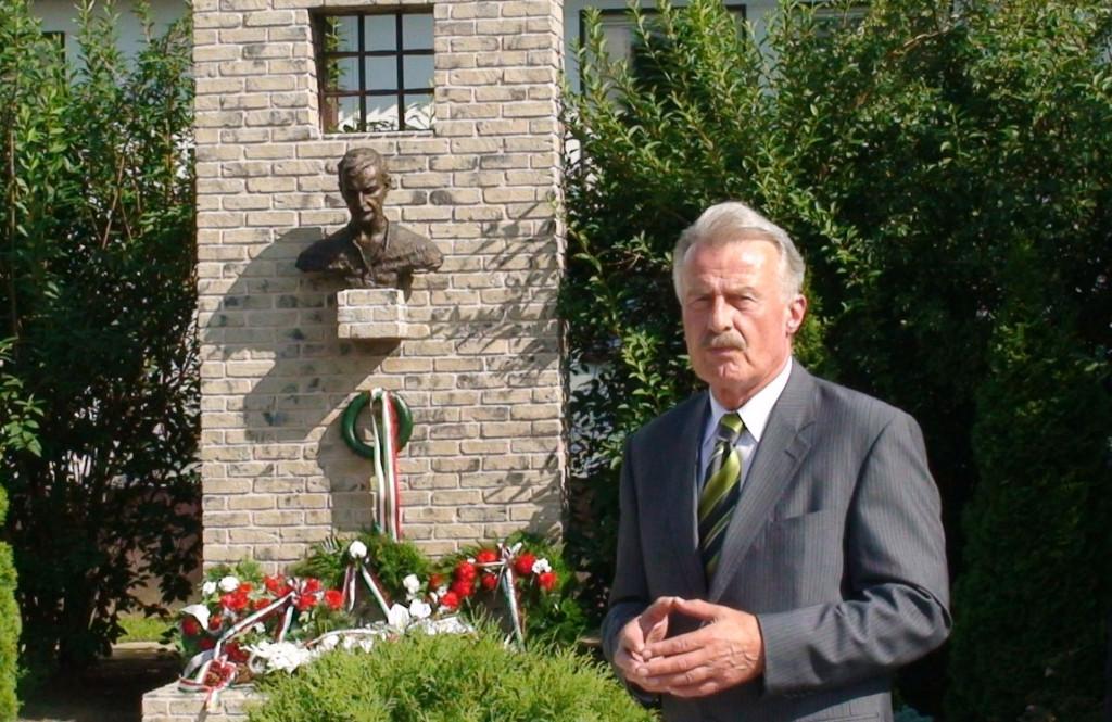 Duka Zólyomi Árpád beszédet mond Esterházy János búcsi emlékműve előtt (Fotó: O.N.)