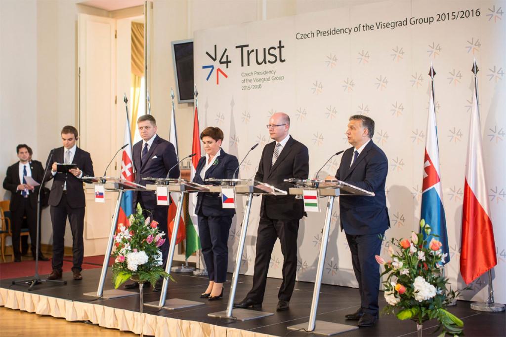 A Miniszterelnöki Sajtóiroda által közreadott képen Robert Fico szlovák, Beata Szydlo lengyel, Bohuslav Sobotka cseh és Orbán Viktor magyar miniszterelnök (b-j) sajtótájékoztatót tart a visegrádi négyek (V4) országai kormányfői találkozója után Prágában 2016. június 8-án. MTI Fotó: Miniszterelnöki Sajtóiroda / Szecsődi Balázs